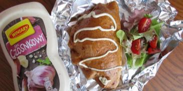 Pieróg z Grilla z farszem pieczarkowo-cebulowym i sosem Winiary