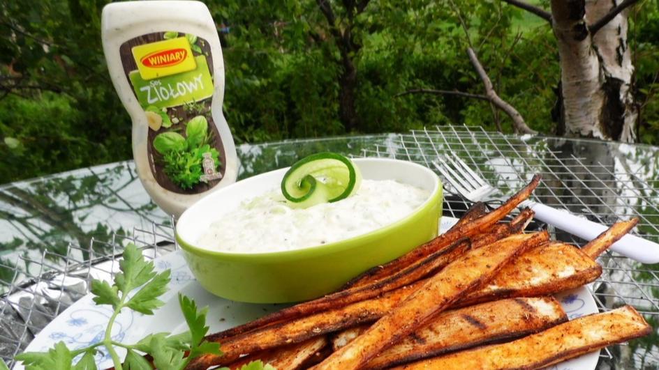 Pietruszka z grilla z sosem ziołowo-ogórkowym