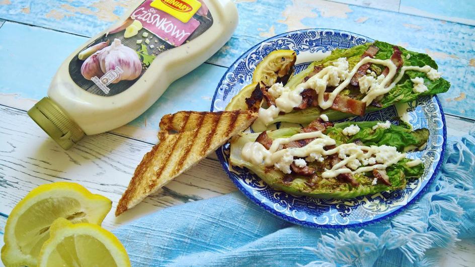 Grillowana sałata rzymska z boczkiem, bryndzą i sosem czosnkowym WINIARY