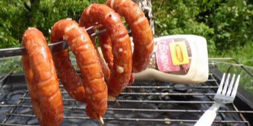Kiełbaski grillowane z piwem i serem, w towarzystwie sosu czosnkowego Winiary