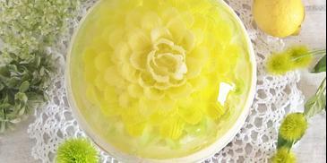 Sernik na zimno o smaku cytrynowo-limonkowym z galaretkowym kwiatem 3D