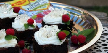 Ciasto czekoladowe z kremem i kryształkami z galaretki