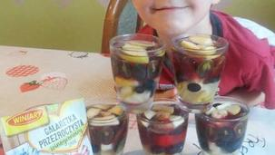 Galaretkowy deserek z owocami