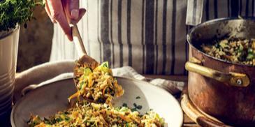 Pęczak z suszonymi grzybami i warzywami z rozmarynem