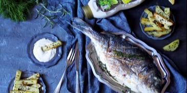 fit fish and chips czyli ziołowa, grillowana dorada z pieczonymi ziemniaczkami
