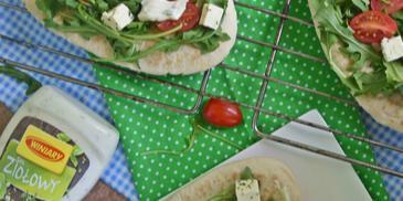 Grillowane gruzińskie chaczapuri z serem i pomidorami