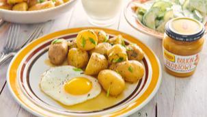 Jajka sadzone z ziemniakami gotowanymi w bulionie
