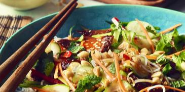Sałatka orientalna z makaronem ryżowym, kurczakiem, ogórkiem i miętą