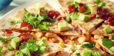 Quesadilla z kurczakiem, serem cheddar i kukurydzą