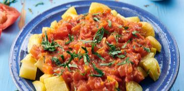 Patatas bravas, hiszpańskie pieczone ziemniaki z sosem pomidorowym i majonezem
