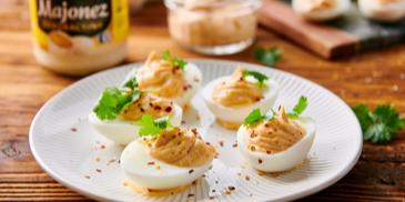 Deviled eggs, czyli jajka faszerowane z majonezem i chili