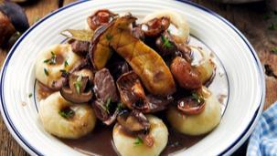 Szybki gulasz wołowy z grzybami i kluskami śląskimi
