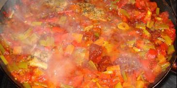 Polędwiczki wieprzowe z duszonymi warzywami w sosie pomidorowym
