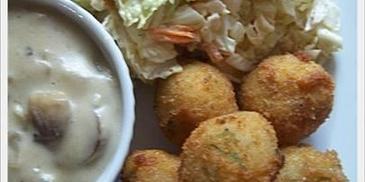 Kuleczki ryżowe z serem, sosem i surówką