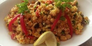 Marokańska sałatka z ciecierzycy i kaszy kuskus