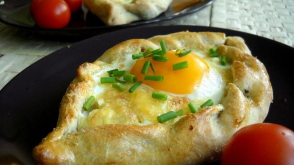 Gruziński chleb z serem – chaczapuri po adżarsku