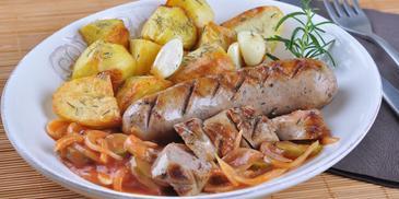 Smażona biała kiełbasa z pieczonymi ziemniakami