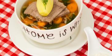 Wołowina gotowana z warzywami, podana z chrzanem