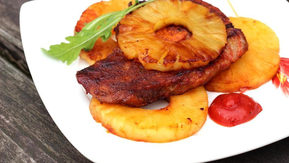 Karkówka z grilla w sosie chili z ananasem