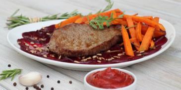 Grillowany stek z buraczkowym carpaccio i batatami