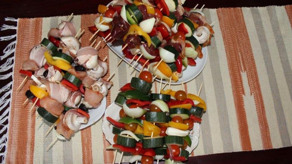 Szaszłyki z kurczaka, cukinii i pieczarek