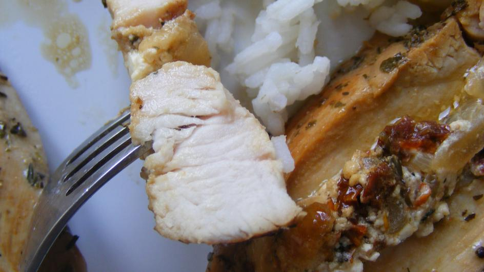Filety z kurczaka nadziewane fetą i suszonymi pomidorami