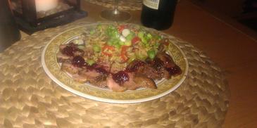 Różowa pierś z kaczki polana sosem żurawionowym podawana z ryżem z warzywami