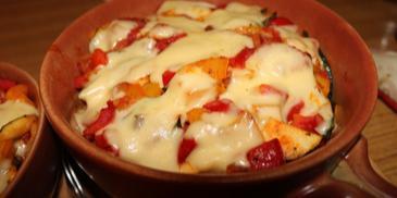 Polędwiczki zapiekane z mozzarellą, pomidorem i oliwkami