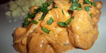 Pierś z kurczaka z cebulą w sosie śmietanowo-serowym