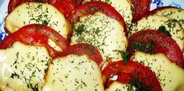 Zapiekany oscypek z pomidorem