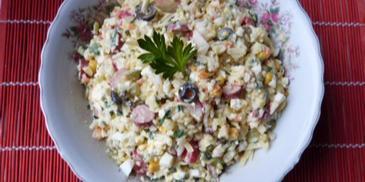 Sałatka warzywna z oliwkami i serem feta
