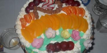 Tort biszkoptowy z bitą śmietaną i owocami
