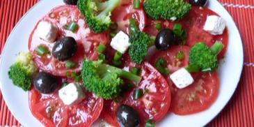 Sałatka brokułowa z pomidorami i serem feta