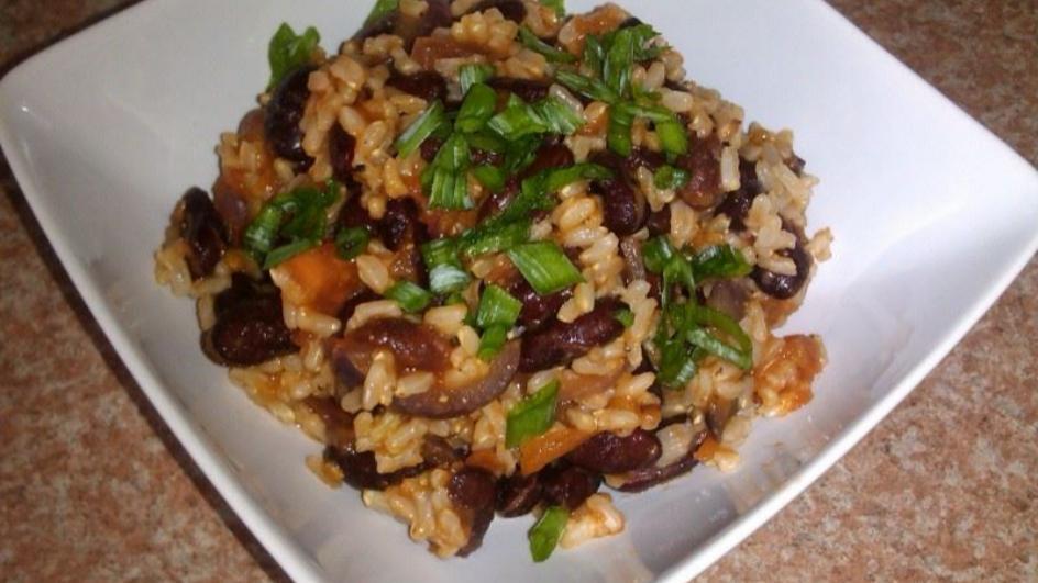 Brązowy ryż z czerwoną fasolą na ostro