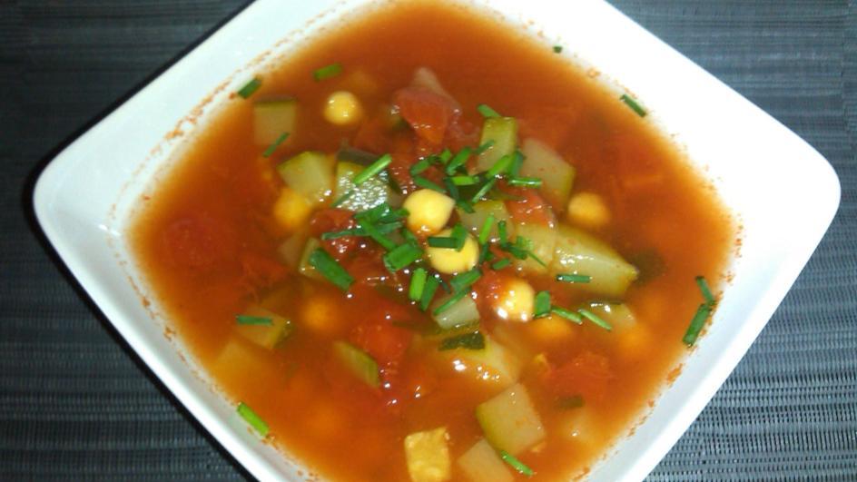 Pikantna zupa z ciecierzycy i cukinii
