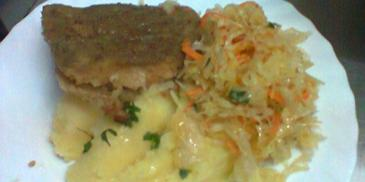Ryba smażona z tłuczonymi ziemniakami i surówką z kiszonej kapusty