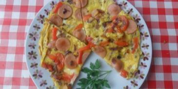 Omlet z parówkami, cebulą i papryką