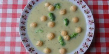 Brokułowa zupa krem z groszkiem ptysiowym