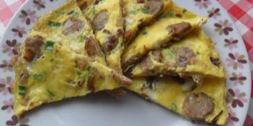 Omlet z kiełbasą i cebulą na boczku