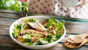 Sałatka cezar z kurczakiem i grzankami