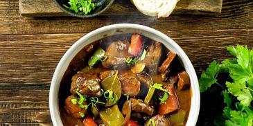 Paprykowy gulasz wołowy z pikantnym chorizo
