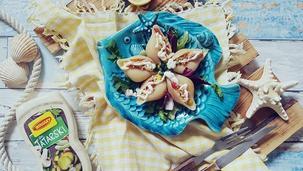 Holenderska sałatka z wędzonym pstrągiem w makaronowych muszlach