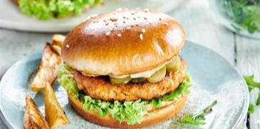 Burgery drobiowo-warzywne z sosem z masła orzechowego i piklami