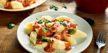 Kopytka/gnocchi z pomarańczowym sosem i szałwią