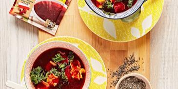 Barszcz czerwony z chipsami z warzyw i jarmużu