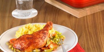 Soczyste udka kurczaka na pierzynce z warzyw