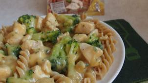 Makaron z kurczakiem w sosie serowym z brokułami