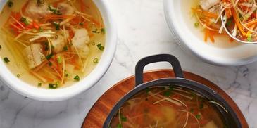 Zupa rybna gotowana na wywarze warzywnym, białym winie z kawałkami fileta z dorsza