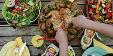 Grillowany kurczak curry z ziemniakami i sałatkami