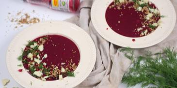 Zupa krem z barszczem czerwonym, serkiem pleśniowym i prażonymi nasionami